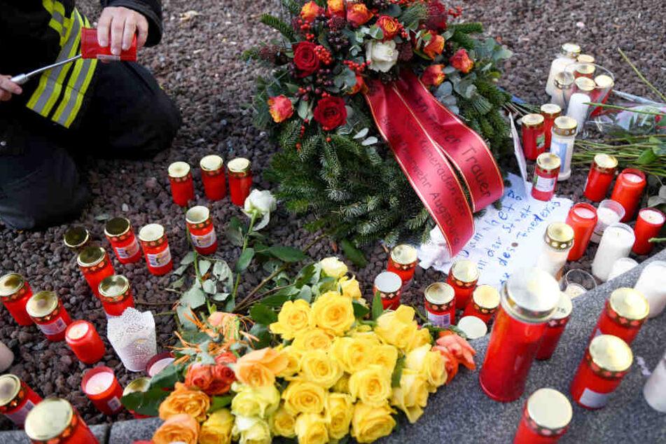 Am Ort des Zwischenfalls wurden unter anderem Kerzen entzündet. (Archiv)