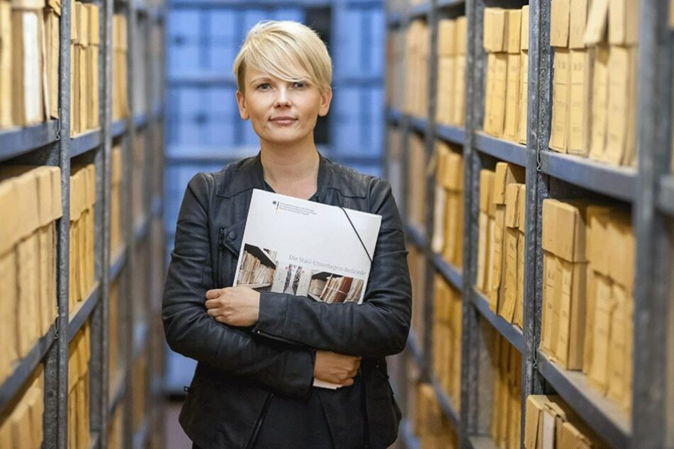 Sandra Buchler (34) kennt sich aus in den Stasi-Akten. Sie führt regelmäßig Bürger durch das Archiv und berät zur Akteneinsicht.