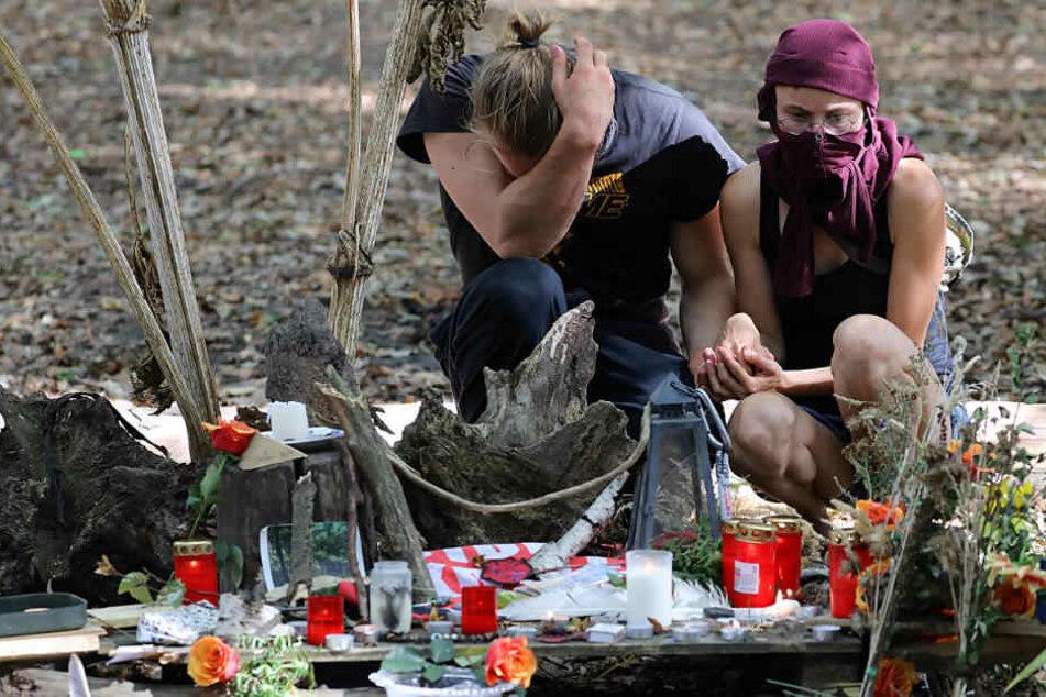 Aktivisten trauern im Hambacher Forst um den verstorbenen Journalisten.