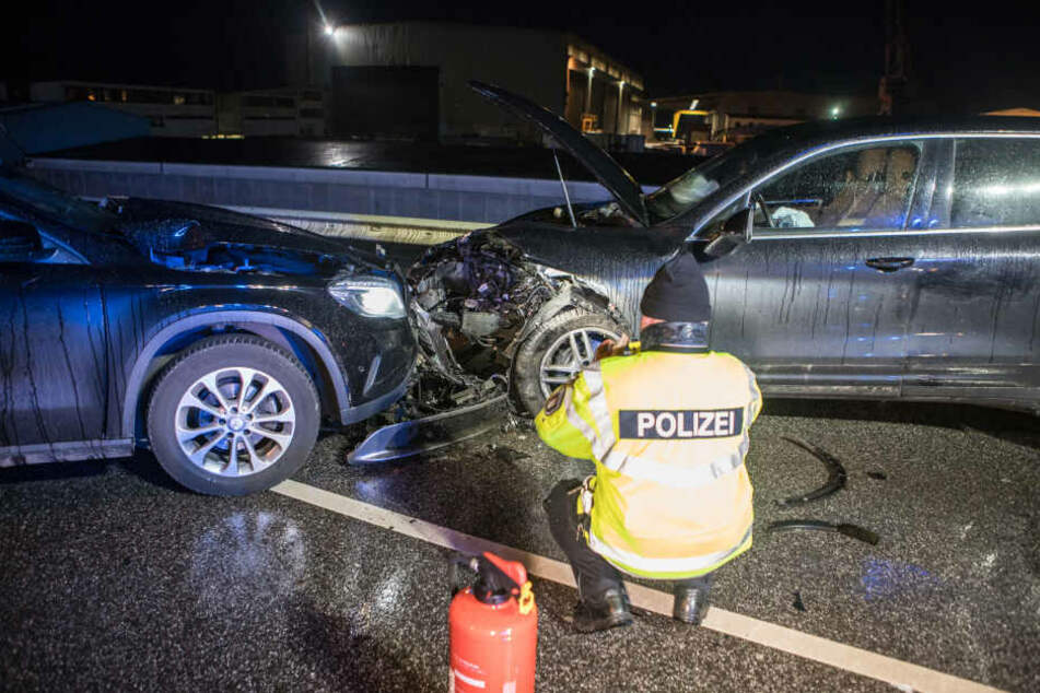 Ein Beamter fotografiert die Unfallstelle in Neuenfelde.