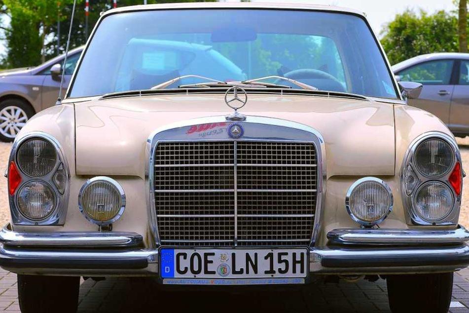 Schaut mal genau aufs Kennzeichen?! Der Fahrer dieses alten Mercedes scheint offenbar ein Herz für Köln zu haben ;)