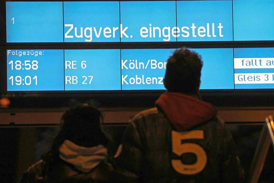 Frust bei den Reisenden am Kölner Hauptbahnhof: Die regionalen Züge wird am Sonntag nicht mehr fahren.