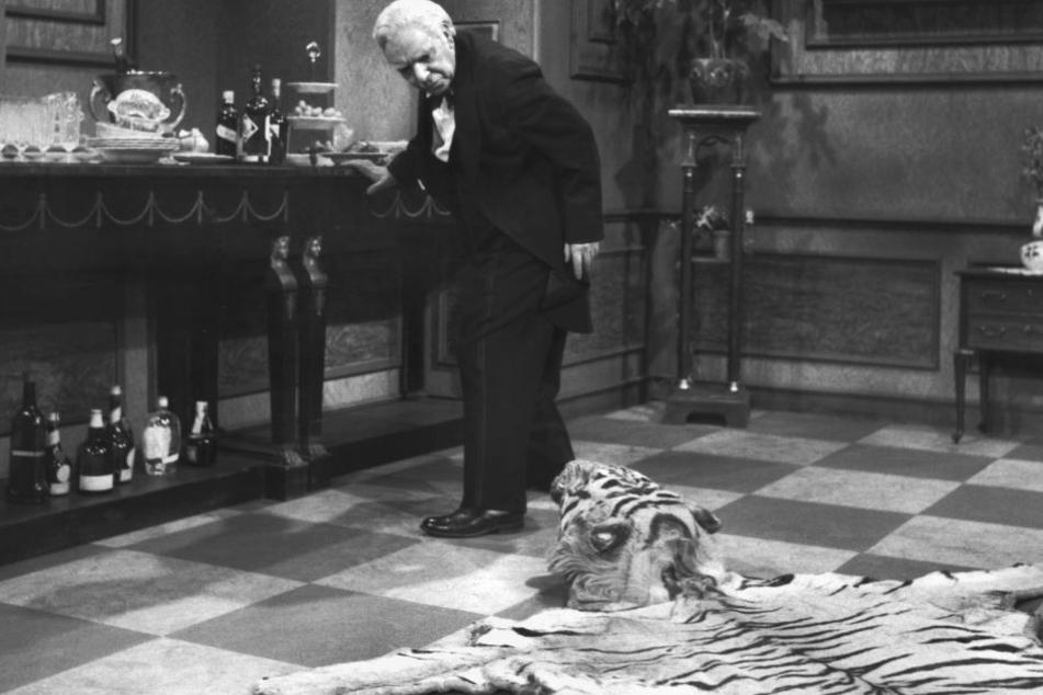 """Freddie Frinton als Diener James im beliebten TV-Sketch """"Dinner for One oder der 90. Geburtstag""""."""