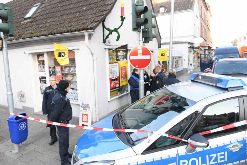 Polizeibeamte sicherten nach dem Raubüberfall auf einen Kiosk den Tatort ab.