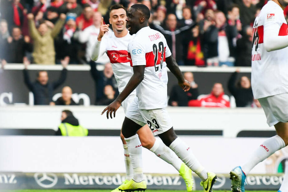 Stuttgarts Orel Mangala bejubelt mit Philipp Förster seinen Treffer zum 2:0.