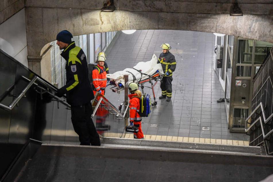 Die Rettungskräfte transportieren den Leichnam ab.