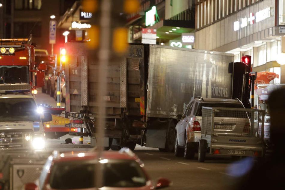 Mit einem Lkw war mindestens ein Mann am Freitag in Stockholm in eine Fußgängerzone und dann ein Einkaufszentrum gerast.