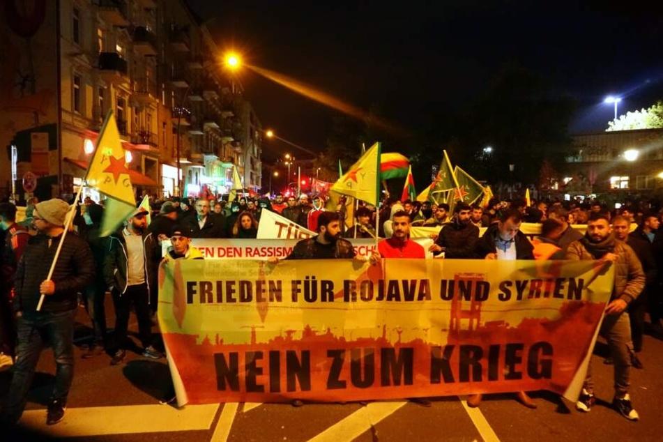 """Mit dem Banner """"Nein zum Krieg"""" ziehen Demonstranten durch Hamburg."""