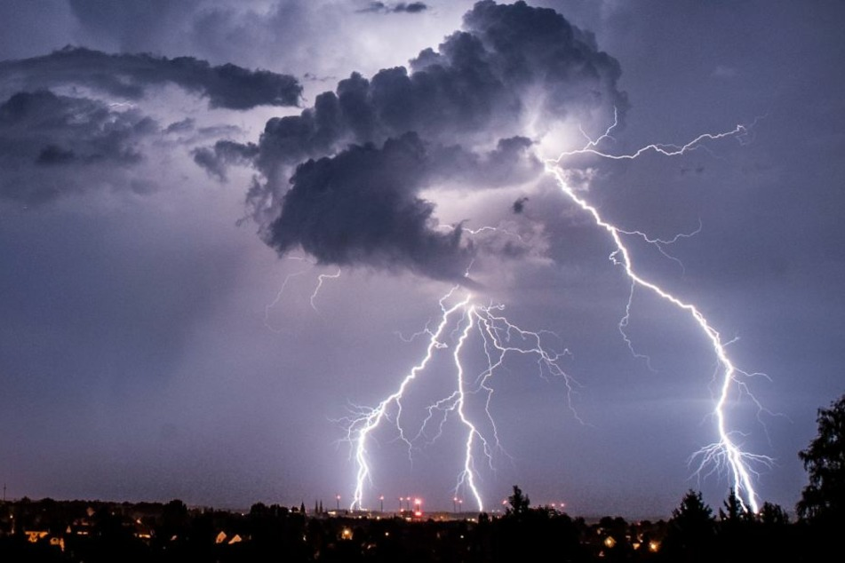 In Sachsen soll es am Freitagabend noch ordentlich knallen: Schwere Gewitter sind möglich.