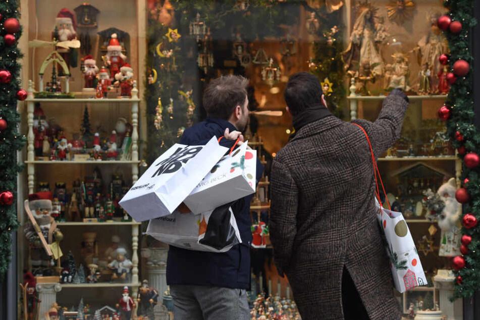 Männer beim shoppen. (Symbolbild)