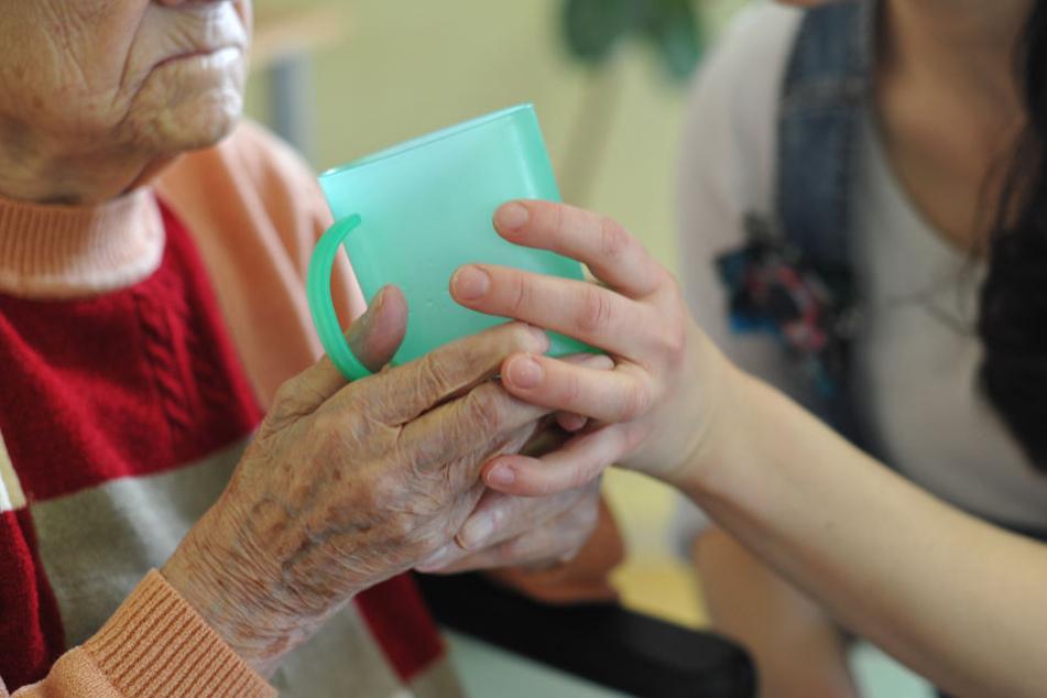Pflegebedürftige benötigen viel Zuwendung, auch bei den einfachsten Dingen. Doch im Freistaat fehlen dazu die Hilfskräfte.