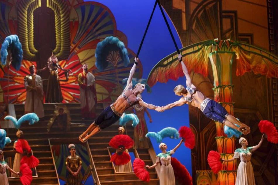 Die Zwillinge Andrew und Kevin Atherton schwingen als Strapatenkünstler des Cirque du Soleil über die Bühne.