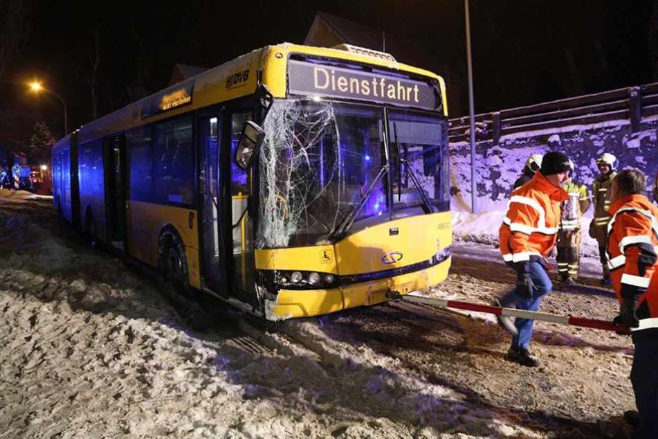 Die rechte Seite des Busses wurde durch den Aufprall schwer beschädigt.