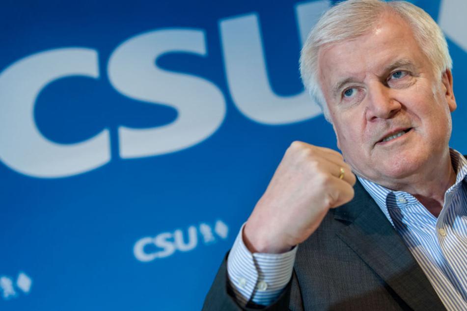 Horst Seehofer, CSU-Vorsitzender und Bundesminister für Inneres, Heimat und Bau, spricht auf einer Pressekonferenz.
