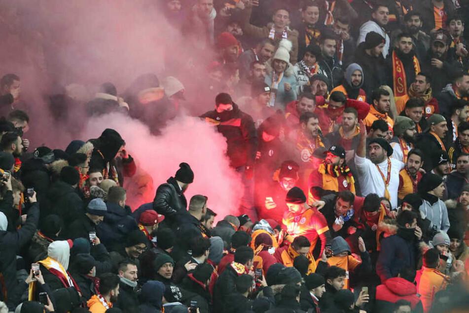 Nach dem 1:0 für RB Leipzig zündeten Galatasaray-Anhänger im Gästeblock Pyrotechnik.