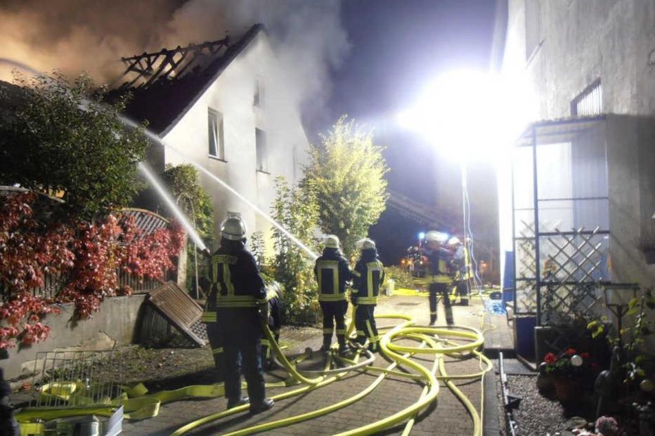 Rund 60 Feuerwehrleute löschten das brennende Haus in Bad Driburg.