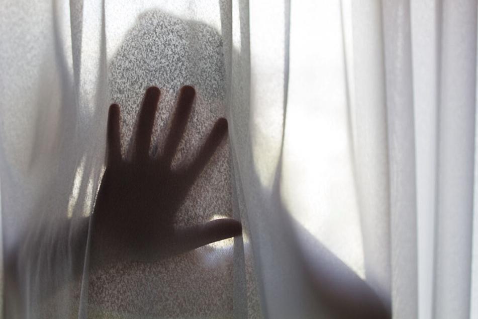 Das Mädchen wurde von seiner Mutter zum Sex mit fremden Männern gezwungen.