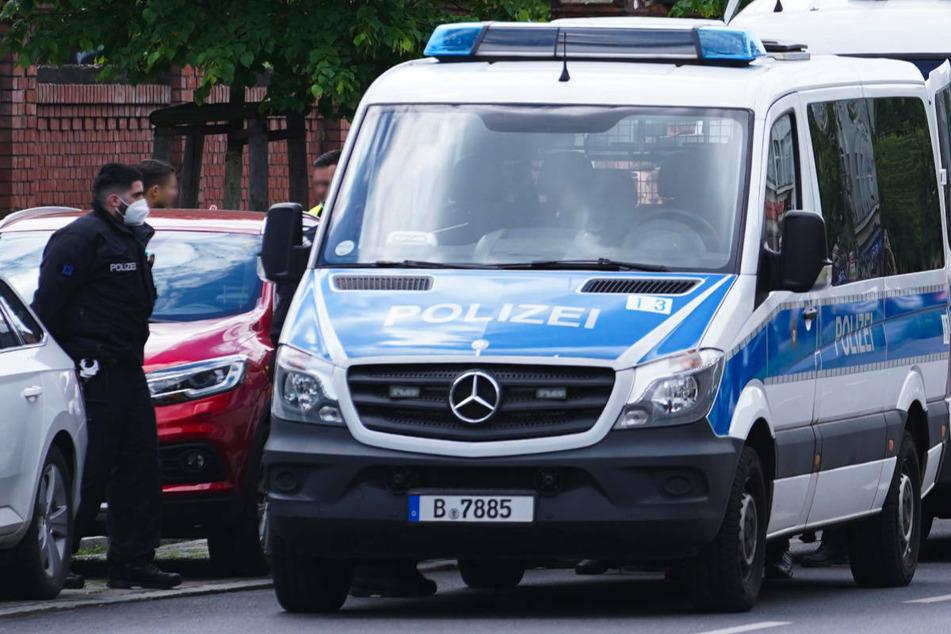 In Berlin-Kreuzberg ist am Sonntagmorgen ein Mann mit einer abgeschlagenen Glasflasche schwer am Hals und im Gesicht verletzt worden. (Symbolfoto)