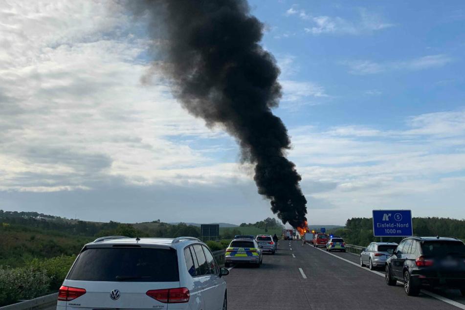 Mega-Rauchsäule über A73: Anhänger geht in Flammen auf