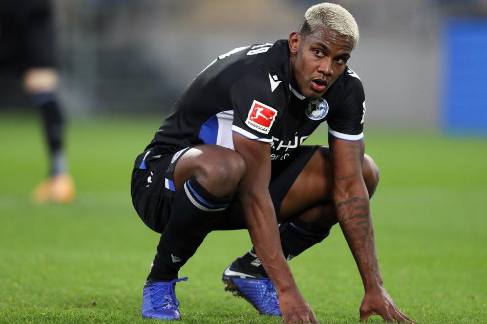 Sergio Cordova (23) vom Fußball-Bundesligisten Arminia Bielefeld zwingt ein positiver Corona-Test in die Knie.