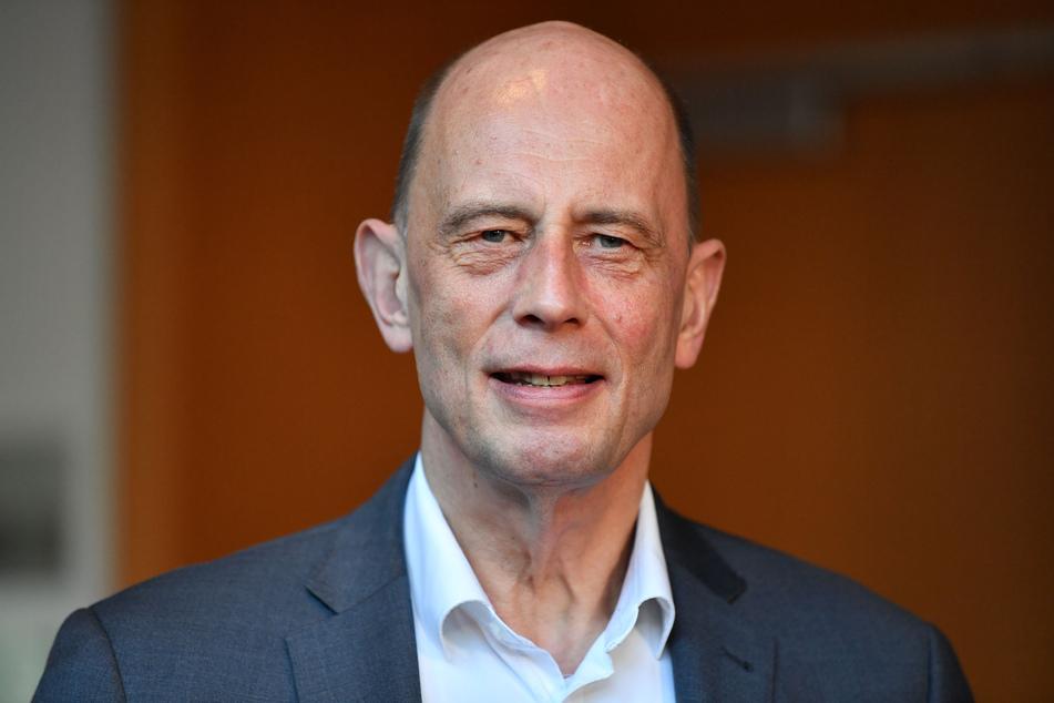 Wirtschaftsminister Wolfgang Tiefensee (65, SPD) hat sich für eine massive Neuverschuldung ausgesprochen.