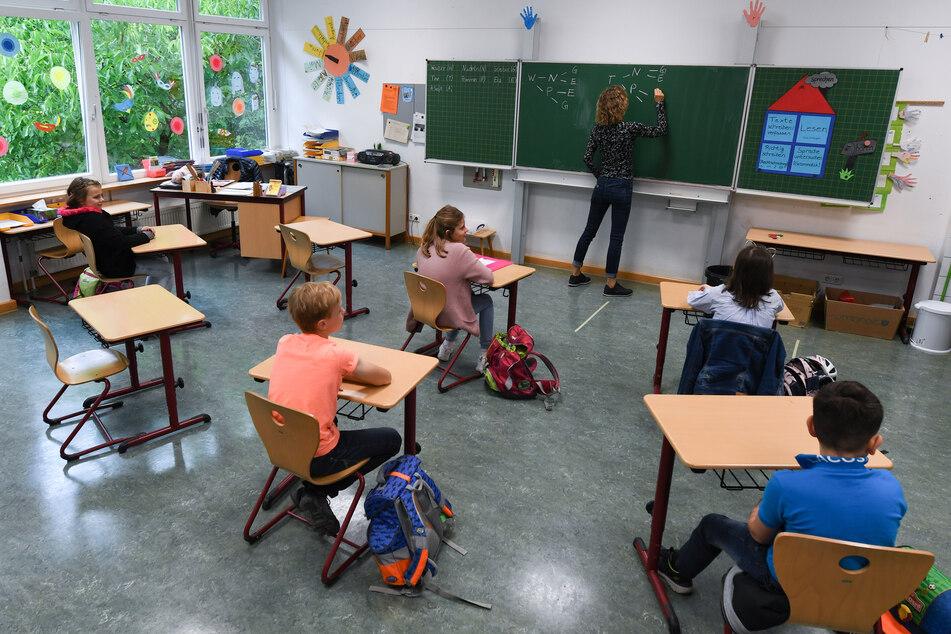 In den Schulen und Kindergärten in Sachsen kann von einem Mindestabstandsgebot von eineinhalb Metern abgewichen werden. (Symbolbild)