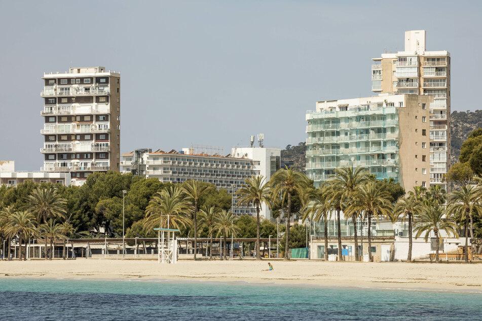 Blick auf den fast leeren Strand von Magaluf auf Mallorca.
