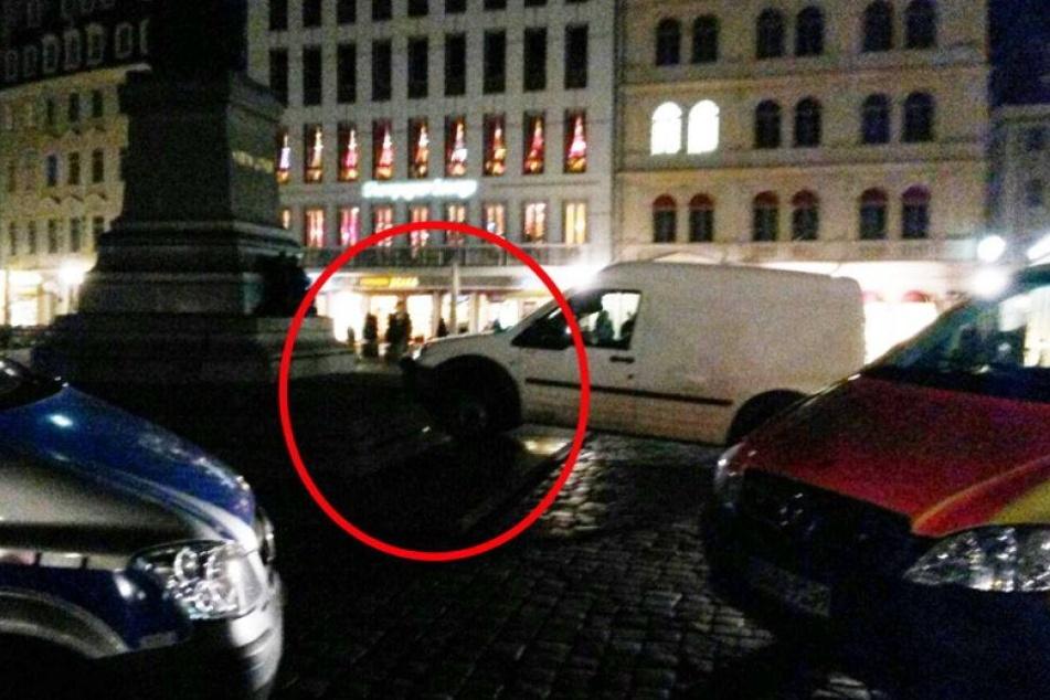 Ford kracht vor Frauenkirche ans Luther-Denkmal