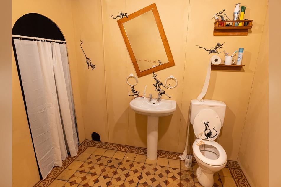 Auch Banksy ist während der Corona-Pandemie aufs Home Office umgestiegen. Sein Badezimmer wurde zum Kunstprojekt.
