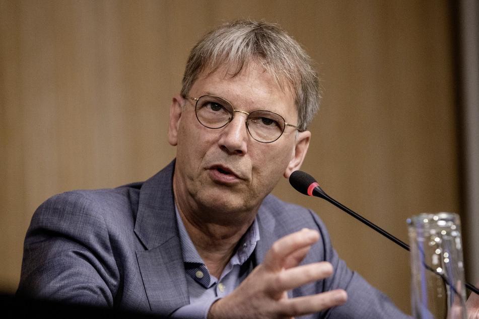 Hans-Georg Kräusslich, Leiter der Virologie am Universitätsklinikums Heidelberg, spricht bei einer Regierungspressekonferenz. (Archivbild)