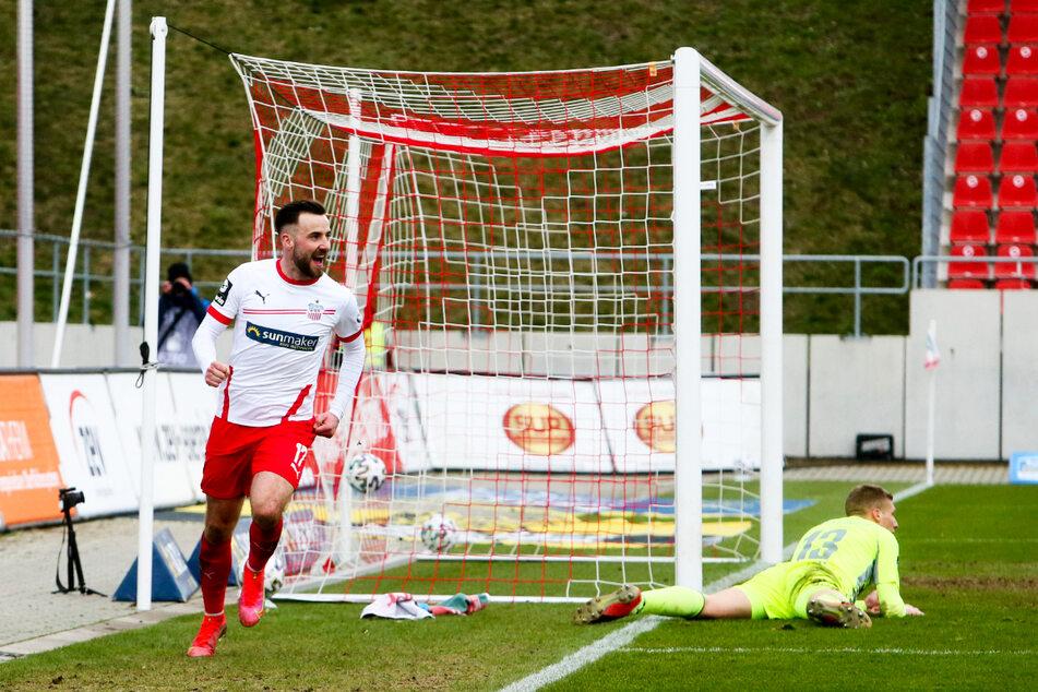 Ein gewohntes Bild der Saison 2020/21: Morris Schröter (25, l.) erzielte in 37 Einsätzen für den FSV Zwickau elf Tore, gab dazu acht Vorlagen.