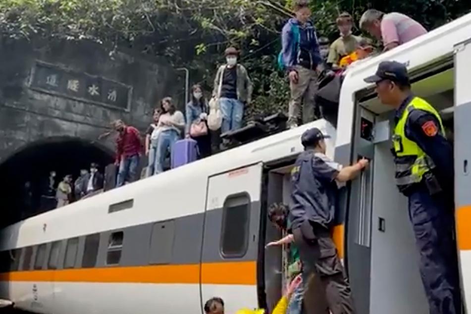 Schweres Unglück mit mindestens 48 Toten: Zug entgleist in Tunnel