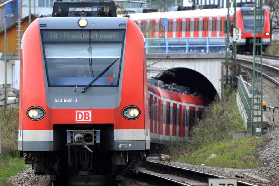 Zwei Stunden mussten mehrere Fahrgäste in einer S-Bahn ausharren.