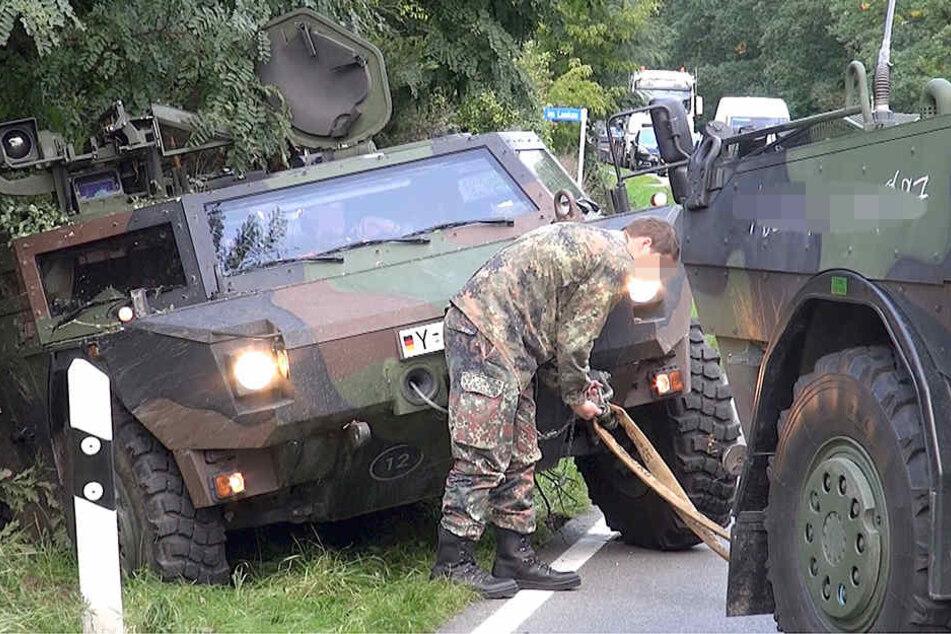 Ein anderer Wagen des Trupps musste helfen und das Fahrzeug wieder aus dem Straßengraben ziehen.
