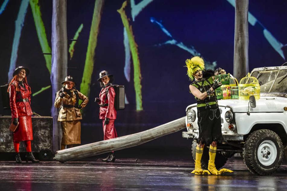 Der Vogelfänger Papageno (hier dargestellt von Till von Orlowsky) mit den drei Damen der Königin der Nacht.