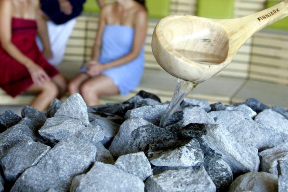 In einer Sauna wird der Aufguss zubereitet. (Symbolbild)