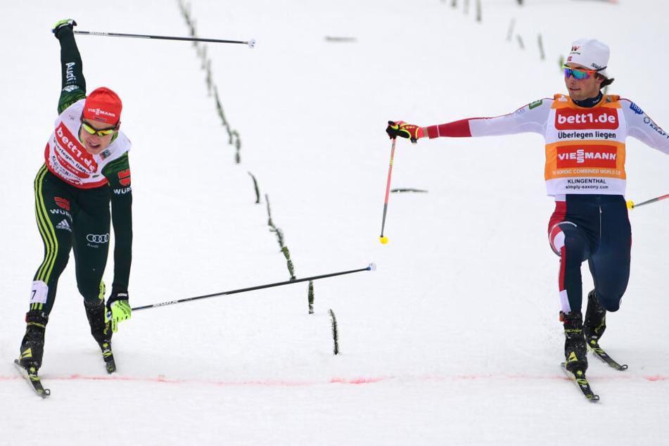 Jarl Magnus Riiber (r) aus Norwegen gewinnt vor Vinzenz Geiger aus Deutschland.