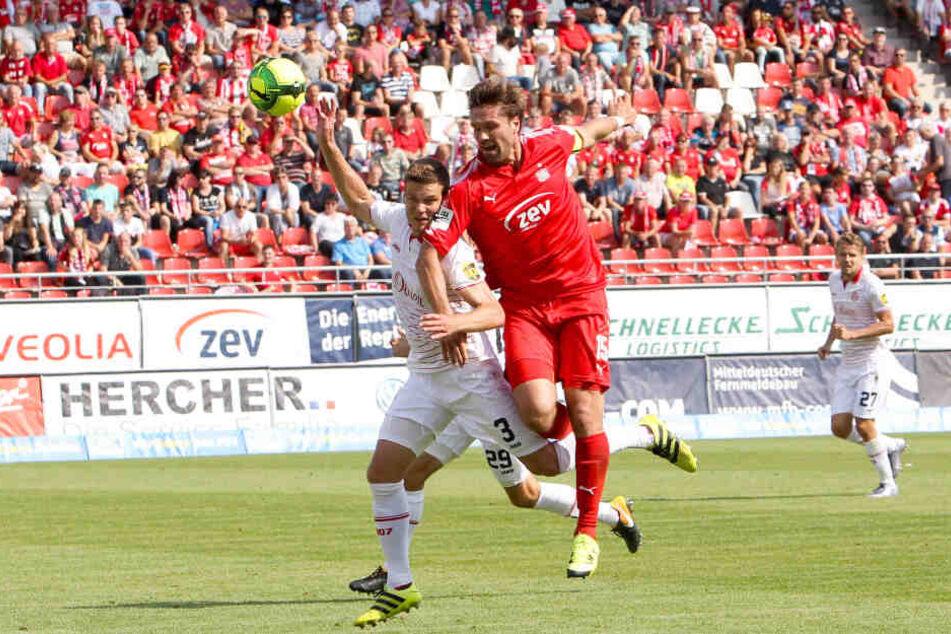 Hier noch Kontrahenten, bald Teamkollegen? Anthony Syhre (l.) im August 2017 im Trikot der Würzburger Kickers im Zweikampf mit Ronny König