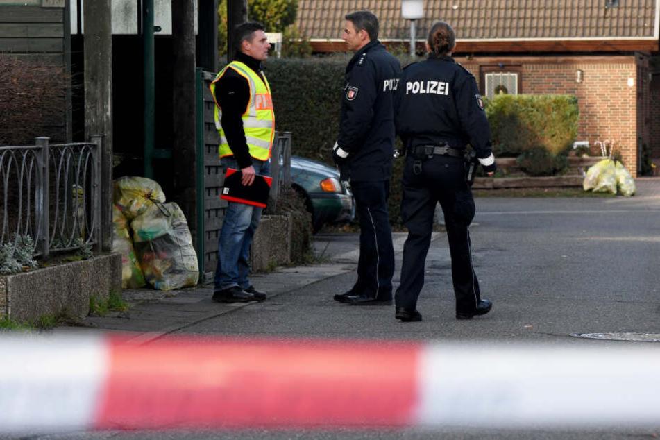 Polizisten untersuchen Anfang Januar die Stelle, an der die Frau in der Silvesternacht starb.