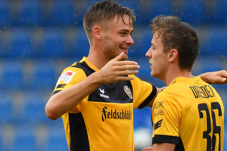 Lucas Röser (links) und Niklas Hauptmann bejubeln einen von vier Dresdner Treffern.