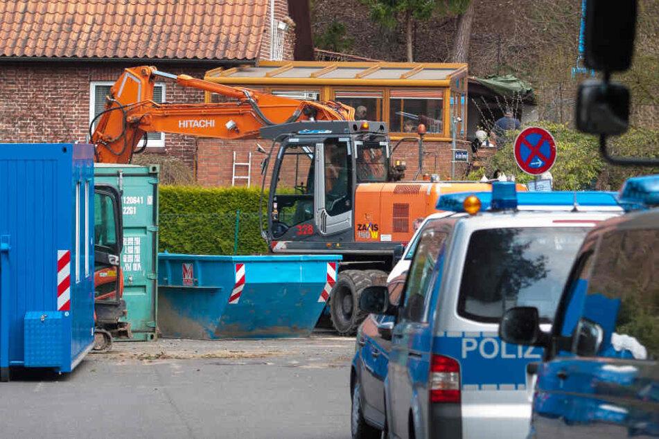 Polizisten suchen nach Spuren auf dem Grundstück des mutmaßlichen Serienmörders.