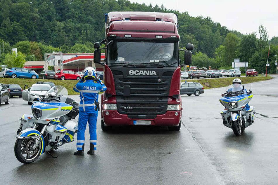 Auch dieser Skania-Laster musste sich einer Kontrolle durch die Motorrad-Cops stellen.