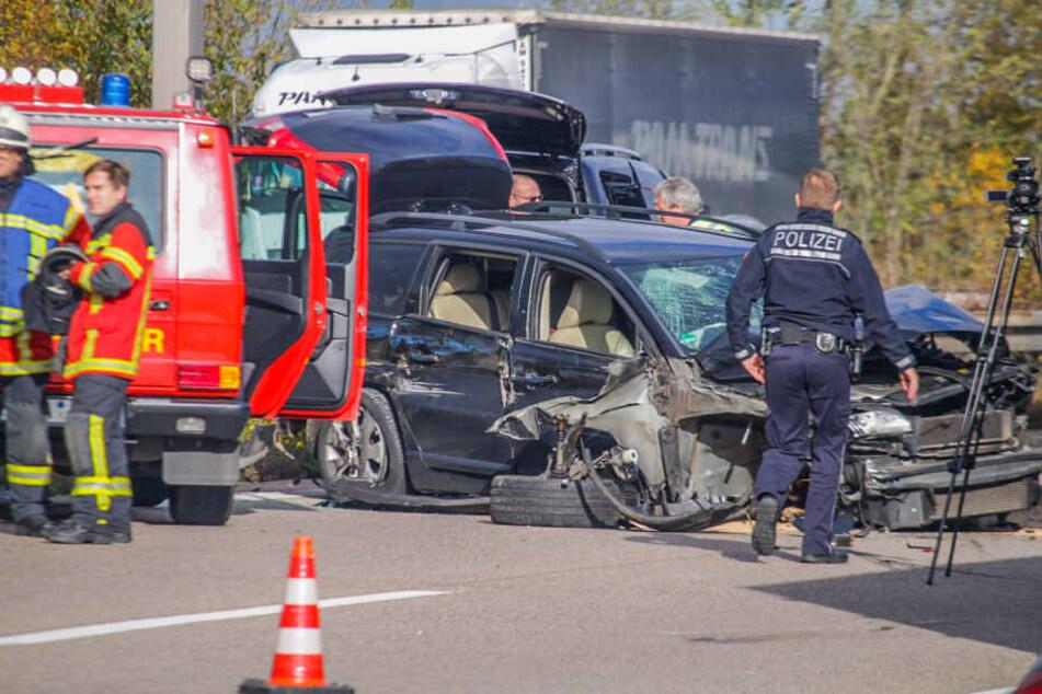 Dieser Volvo kracht ins Stauende, der durch den vorherigen Unfall ausgelöst wurde.