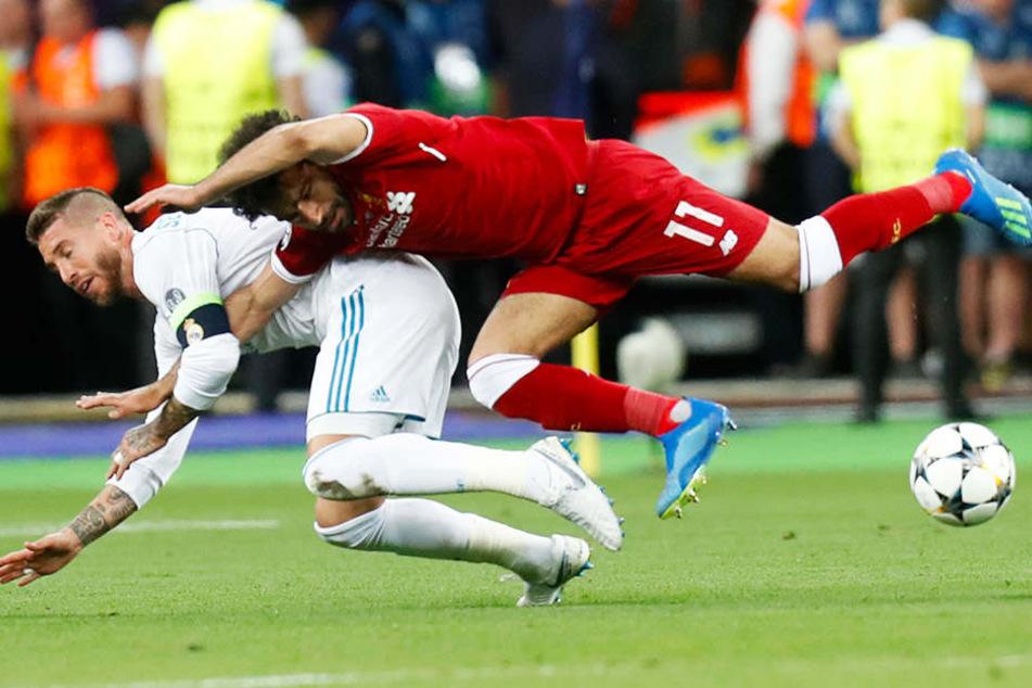 Das erste Foul: Sergio Ramos foult Mohamed Salah so sehr, dass dieser verletzt ausgewechselt werden musste.
