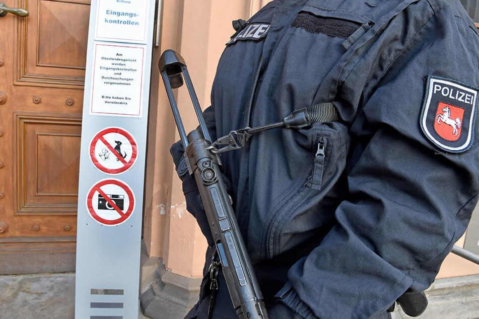 Das Gericht in Celle wird durch schwer bewaffnete Polizisten abgesichert.
