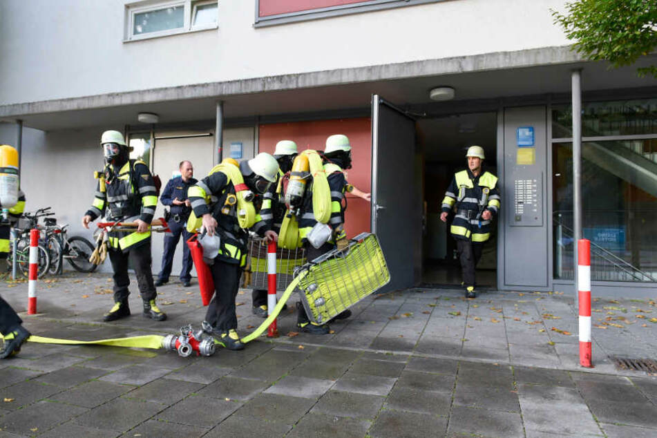 Die Berufsfeuerwehr München bereitet den Einsatz vor.