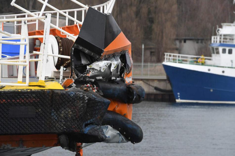 Der Schaden am Schiff ist gut zu erkennen.
