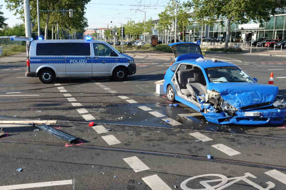 BMW schleudert gegen Krankenwagen: So kam es zum schweren Unfall in Leipzig