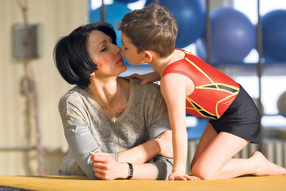 """Im Sportclub Riesa trainiert Alischer """"Ali"""" Abdullah in der Sektion  Sportakrobatik.      Ein Küsschen für Mama Ina (43) ist beim Training immer drin."""
