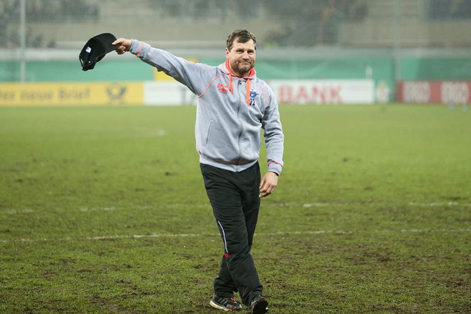 Nach dem sensationellen Viertelfinal-Einzug im DFB-Pokal zog Steffen Baumgart den Fans seine Kappe.